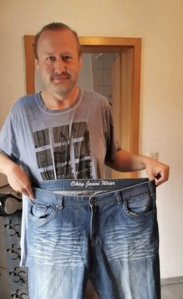 Christian Kahl schlank mit der alten Hose in der Hand